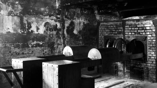 Beberapa tahanan Auschwitz juga dijadikan sasaran eksperimen medis yang tak manusiawi. Pelakunya adalah Josef Mengele, seorang dokter Jerman yang mulai bekerja di Auschwitz pada 1943. Foto: AP Photo