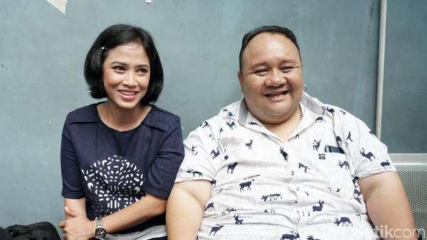 Rony Dozer dan Istrinya yang Setia Menemani Kala Sakit Selulitis