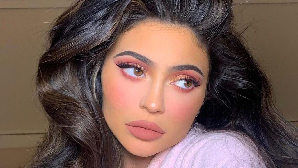 Rilis Produk Kecantikan, Kylie Jenner Malah Pakai Sunblock dari Brand Lain