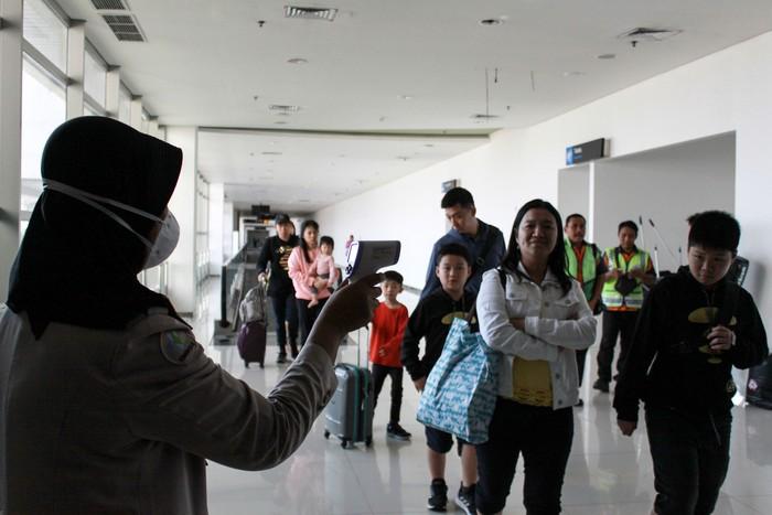 Sejumlah petugas berada di ruang isolasi di terminal 2 Bandara Juanda Surabaya, Jawa Timur, Rabu (22/1/2020). Kantor Kesehatan Pelabuhan kelas 1 Surabaya wilayah kerja bandara Juanda meningkatkan kewaspadaan dengan memasang alat pendeteksi suhu tubuh (thermal scanner) untuk mengantisipasi masuknya virus corona yang berasal dari negara China ke wilayah Indonesia. ANTARA FOTO/Umarul Faruq/hp.
