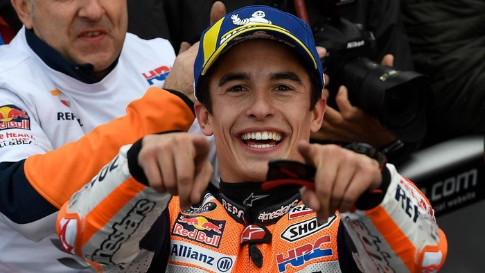 Repsol Honda Teams Spanish rider Marc Marquez celebrates after winning the MotoGP race of the MotoGP Valencia Grand Prix at the Ricardo Tormo racetrack in Cheste near Valencia, on November 17, 2019. - World champion Marc Marquez clinched his 12th MotoGP victory of the season in final race in Valencia. (Photo by PIERRE-PHILIPPE MARCOU / AFP)