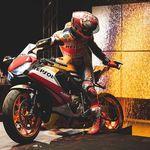 Keren! Marc Marquez Bikin Lukisan Pakai Motor Balap