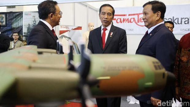 Jokowi dan Prabowo Tinjau Pameran Alutsista Buatan Dalam Negeri /