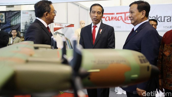 Presiden Joko Widodo (Jokowi) didampingi Menteri Pertahanan Prabowo Subianto menyambangi pameran alutsista di Kementerian Pertahanan (Kemhan), Jakarta, Kamis (23/1/2020). Mereka mengecek sejumlah kendaraan dan senjata perang buatan dalam negeri.