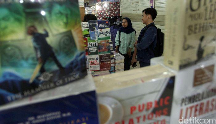 Sejumlah pengunjung sedang melihat berbagai buku yang dijajakan oleh para pedagang di lantai basement mal Blok M Square, Jakarta.
