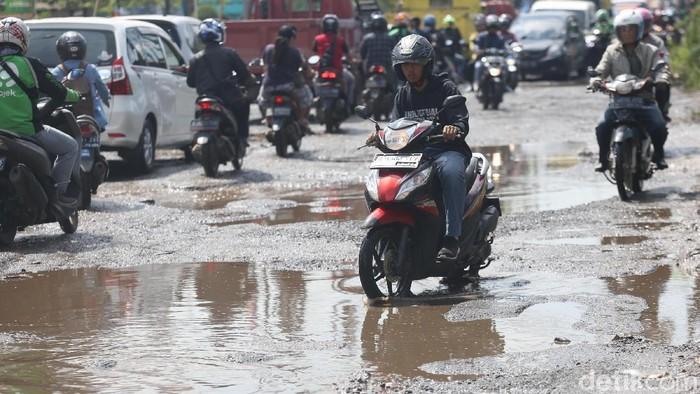 Jalan Raya Kaliabang di Bekasi, Jawa Barat, terlihat mengalami kerusakan parah. Kondisinya bak kubangan kerbau.