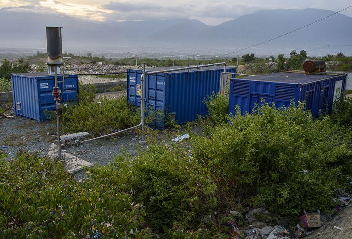 Rumput dan alang-alang tampak tumbuh di sekitar mesin pembangkit listrik bertenaga biogas yang terbangkalai di dekat Tempat Pembuangan Akhir (TPA) Sampah Kawatuna, Palu Sulawesi Tengah.