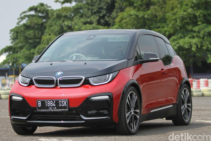 BMW i3s resmi diperkenalkan di Indonesia pada ajang GIIAS 2019 lalu. Kami pun berkesempatan mencoba city car dengan tenaga yang sepenuhnya listrik itu.