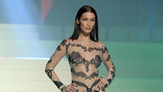 Penampilan Seksi Gigi dan Bella Hadid di Paris Fashion Week