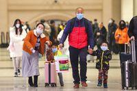 Warga China memakai masker untuk mengantisipasi virus corona