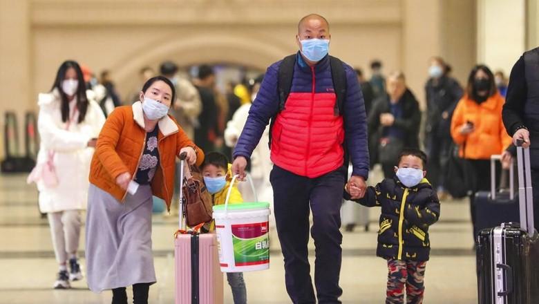 Virus corona jenis baru yang menyebar ke sejumlah kawasan membuat warga selalu beraktivitas dengan menggunakan masker. Tak kecuali saat mudik menjelang Imlek.
