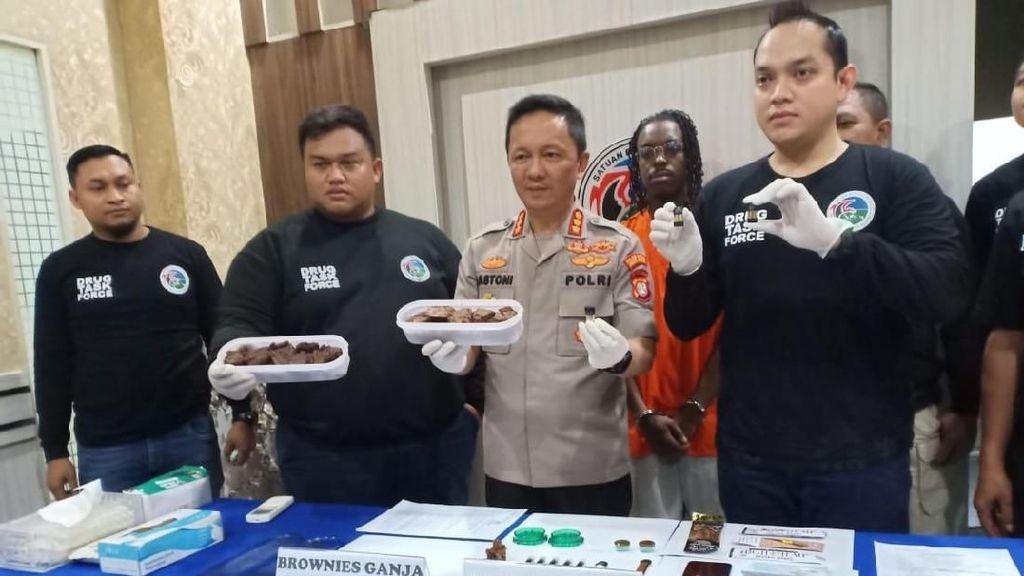 Polisi: Pria WN Amerika Bawa 1 Kg Kue Brownies Ganja ke Indonesia