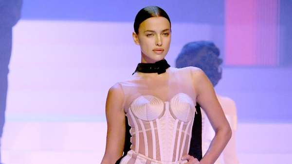 Adu Seksi Irina Shayk dan Karlie Kloss di Paris Fashion Week