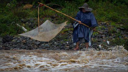 Mencari Ikan di Sungai Meluap