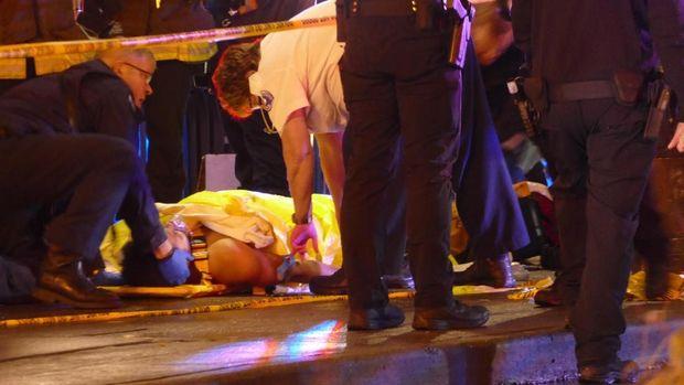 Petugas medis menangani korban penembakan di Seattle