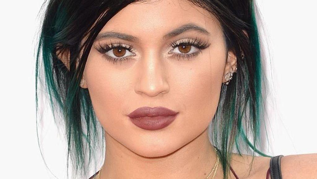 Kris dan Kylie Jenner Produksi Hand Sanitizer untuk Dibagikan ke Tenaga Medis