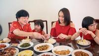 Hadiri Jamuan Imlek 2020, Ikuti 5 Etiket Makan Penting Ini