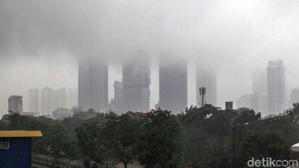 Wow! Gedung Pencakar Langit Ibu Kota Ditelan Kabut