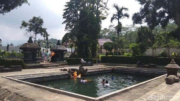 Traveler tinggal pilih saja mau berendam di kolam yang mana. Pemandian air panas Candi Umbul merupakan peninggalan Kerajaan Mataram kuno pada masa dinasti Syailendra (Eko Susanto/detikcom)