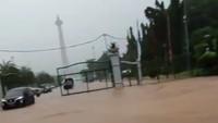 Hujan Lebat Picu Genangan di Pintu Monas, Istana Aman?
