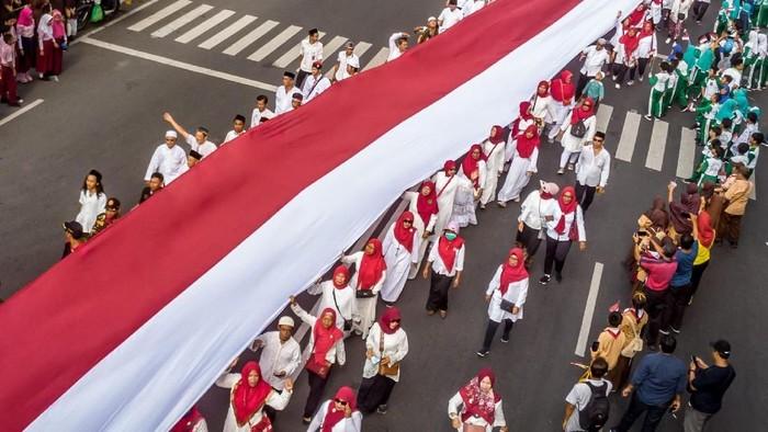 Ribuan warga dari berbagai elemen masyarakat ikut serta dalam Kirab Kebangsaan Merah Putih. Bendera Merah Putih sepanjang 540 meter membentang dalam kirab itu.