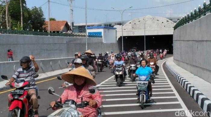 Underpass terpanjang di Indonesia resmi dibuka. Underpass yang berada di bawah komplek Bandara Internasional Yogyakarta (Yogyakarta International Airpot/YIA) memiliki panjang 1,4 kilometer.