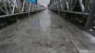 Diduga Stres, Wanita Berambut Panjang Hendak Lompat dari JPO Antasari