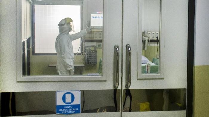 Petugas rumah sakit menunjukkan ruangan isolasi khusus untuk menangani pasien yang menderita penyakit pneumonia berat akibat terjangkit wabah novel Coronavirus (nCoV) di Rumah Sakit Umum Pusat (RSUP) dr Kariadi, Semarang, Jawa Tengah, Jumat (24/1/2020). RSUP dr Kariadi menyiapkan sejumlah ruang isolasi khusus serta Tim Medis Pencegahan Penyakit Menular yang terdiri dari 23 dokter untuk bersiap jika ada pasien suspek terjangkit virus tersebut. ANTARA FOTO/Aji Styawan/ama.