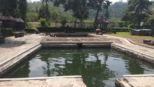 Setiap dua minggu sekali, tepatnya pada hari Kamis, air di Candi Umbul akan dikuras. Traveler bisa mampir ke sini buat wisata akhir pekan, dijamin seru dan asyik! (Eko Susanto/detikcom)