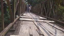 Bikin Ngeri! Jembatan Gantung di Medan Ini Sudah Lapuk dan Berkarat
