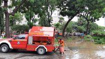Underpass Kemayoran Terendam Banjir, Pemadam Kebakaran Sedot Genangan