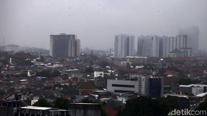 Jakarta terlihat gelap akibat hujan deras yang mengguyur, Jumat (24/1/2020). Akibat hujan beberapa di daerah Jakarta mengalami genangan air mencapai 40 cm.