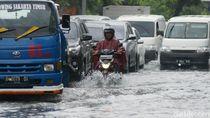 Diguyur Hujan Sejak Pagi, Jalan Sukarjo Wiryopranoto Kebanjiran