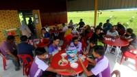 Inspiratif! Pria Ini Jual Nasi Bungkus Murah Rp. 3.000 untuk Orang Tak Mampu