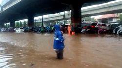 Jalan DI Panjaitan Jaktim Macet Akibat Genangan Air Hujan