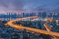 Wuhan adalah kota metropolitan dan industrial.