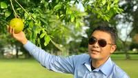 Mengaku Raja Majapahit, Anggota DPD Bali Ini Pose dengan Buah Majapahit