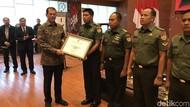 BNPB Beri Penghargaan ke Pilot Heli yang Selamatkan Insiden Gagal Terbang