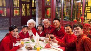 Makan Bareng hingga Ngemil Tang Yuan, Tradisi Imlek yang Seru