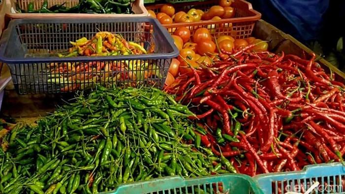 Harga cabai rawit merah dalam satu bulan ini terus meroket. Saat ini, harga cabai setan di Kabupaten Pekalongan mencapai Rp 80 ribu per kilonya.