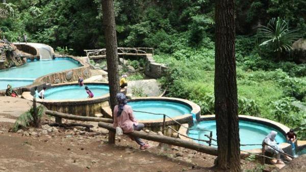 Suasana sejuk langsung terasa di destinasi ini. Kolam buatan ini airnya langsung dari pegunungan lho! Airnya sangat segar. (Wulan Ferani/dtraveler)