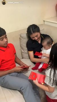 Keseruan Imlek Keluarga Ruben Onsu, Makan Hot Pot dan Bagi Angpao!
