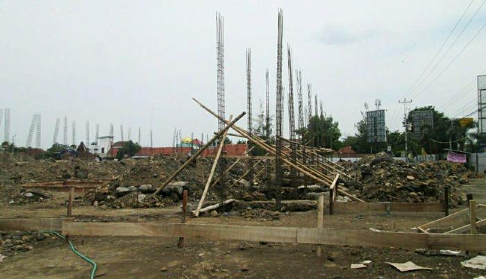 Pasar Kaliwungu, Kendal yang terbakar pada tahun 2017 silam di Jawa Tengah saat ini tengah dibangun kembali dengan desain dan kualitas yang lebih baik. Fasilitas yang dibangun yakni kios pasar di lantai 1 dan 2, pembangunan los pasar, pembangunan pagar, pos jaga, paving, Instalasi Pengolahan Air Limbah (IPAL), pekerjaan Alat Pemadam Api (APAR), pekerjaan grountank, serta penampungan air hujan. Revitalisasi ini menelan biaya sebesar Rp 32 miliar melalui Anggaran Pendapatan Belanja Negara (APBN) 2019 – 2020 dengan progres fisik mencapai 27 persen. Istimewa/Kementerian PUPR.