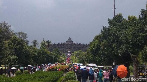 Candi Borobudur yang dipadati wisatawan