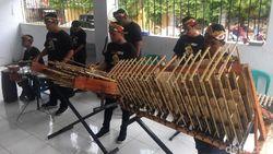 Pertunjukan Musik Angklung Ramaikan Perayaan Imlek di Polman