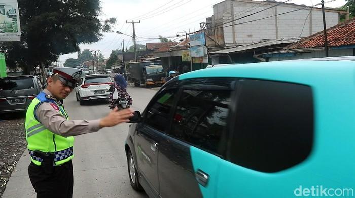 Polisi Atur Lalu Lintas di Sukabumi