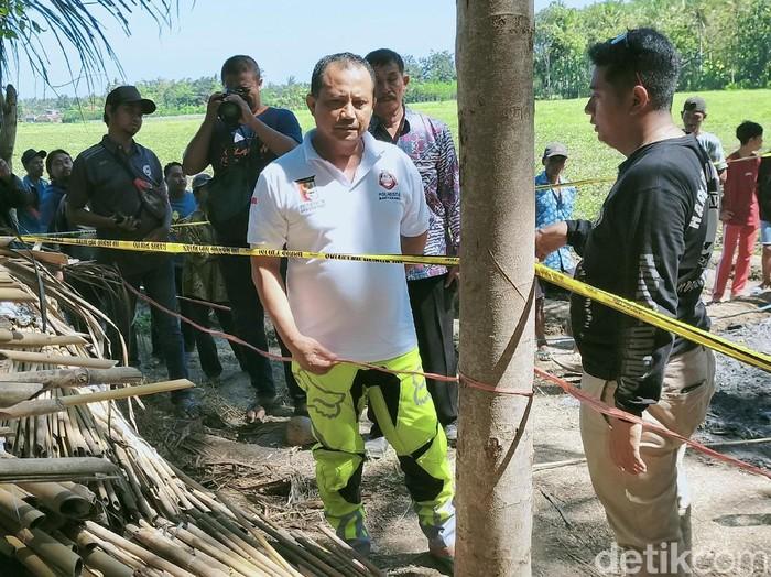Warga Banyuwangi menemukan mayat dalam kondisi gosong terbakar. Polisi menduga, itu merupakan mayat seorang korban pembunuhan.