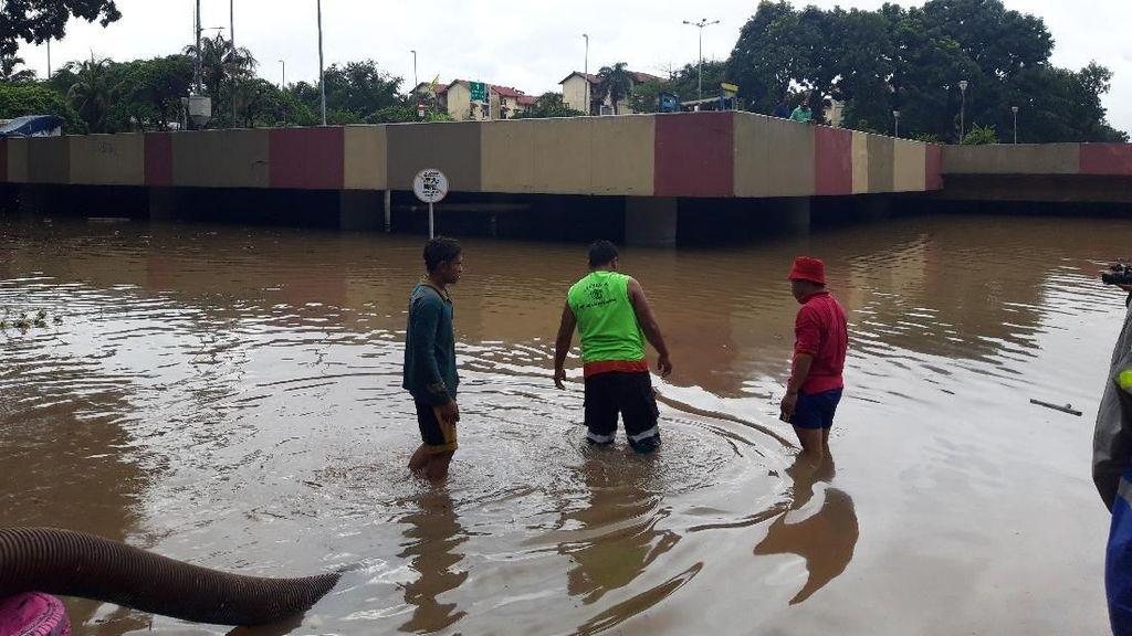 Underpass Kemayoran Masih Terendam Banjir