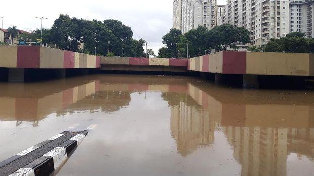 Ketinggian air masih mencapai 3,5 meter.