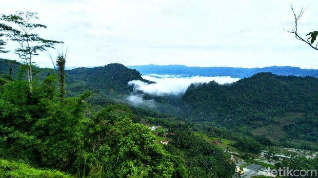 Puncak Bangku 'Negeri di Atas Awan' Ciamis Diserbu Pengunjung